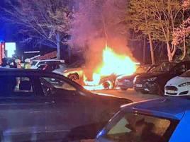 Parkplatz an der Kita Linzer Straße: Brandstifter zündet in Baumberg auf Parkplatz VWan