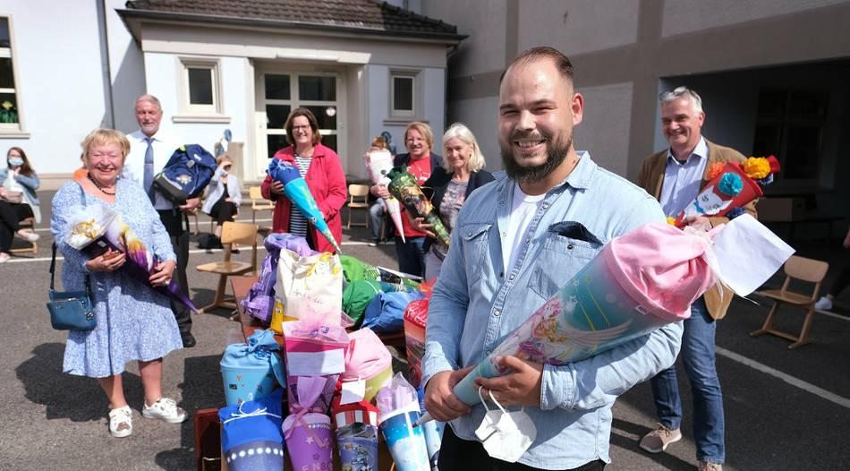 Organisator Justin Harke freut sich: Er hat mit den Spenden und deren Verteilung alle Hände voll zu tun. Foto: Achim Blazy