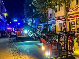 Brand in Grevenbroich: Feuerwehr rettet 17 Menschen aus Wohn- und Geschäftshaus