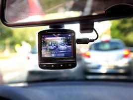 Zeuge an der Frontscheibe: Worauf beim Kauf einer Dashcam zu achten ist