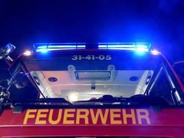 Unfall auf der B8 in Dinslaken: BMW rammt Laterne und Firmen-Zaun – drei Verletzte