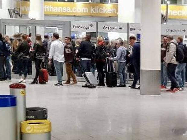 Flughafen Dusseldorf Sicherheitskontrollen Laufen Zugiger