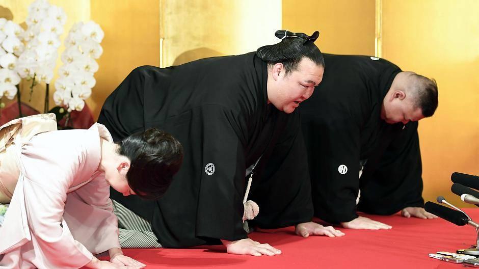 Sumo-Ringer feiert Titel mit großem Fisch