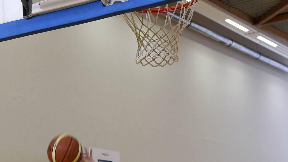 Basketball: Den Ball in den Korb legen