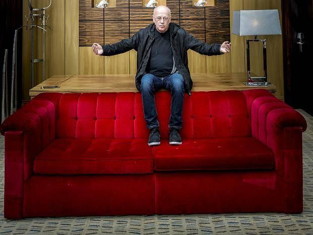 Ausstellung Rotes Sofa Auf Zehn Etagen An Der Kö
