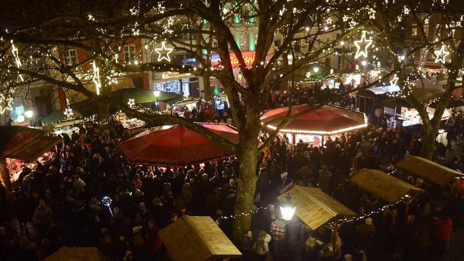 Weihnachtsmarkt in Kempen: Ein altes Kamel liebt Weihnachtsmusik
