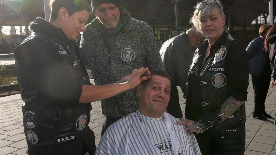 Krefeld Friseur Engel Schneiden Obdachlosen Die Haare