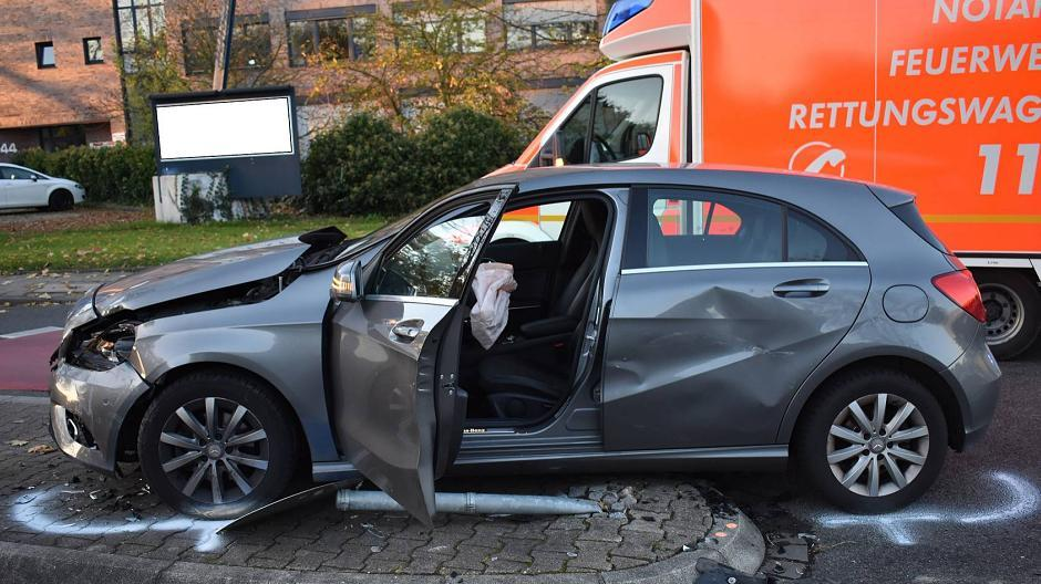 Mönchengladbach: Zeugen nach Unfall mit Schwerverletzter gesucht
