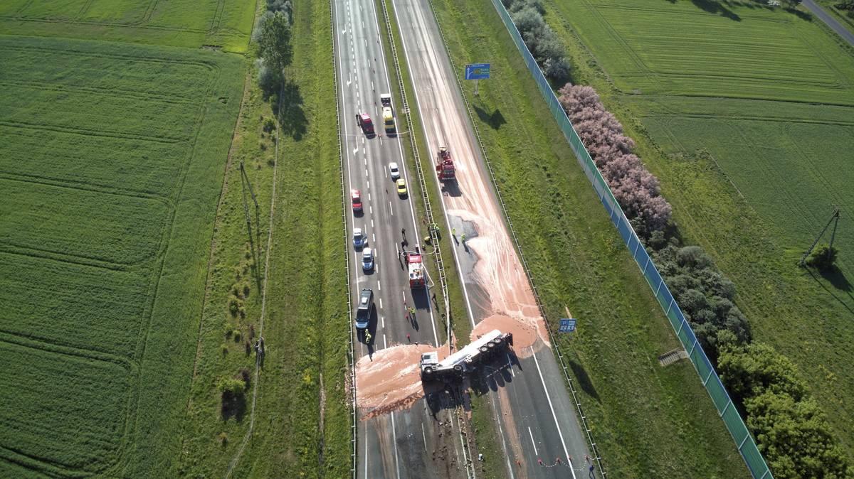 Polen: Autobahn ist nach Lkw-Unfall voller Schokolade