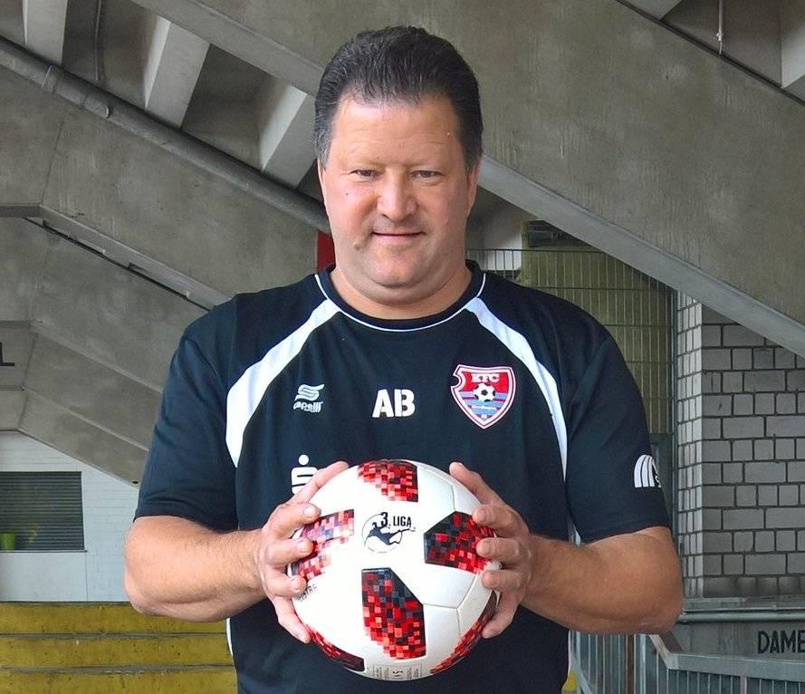 KFC Uerdingen trainiert mit dem WM-Ball