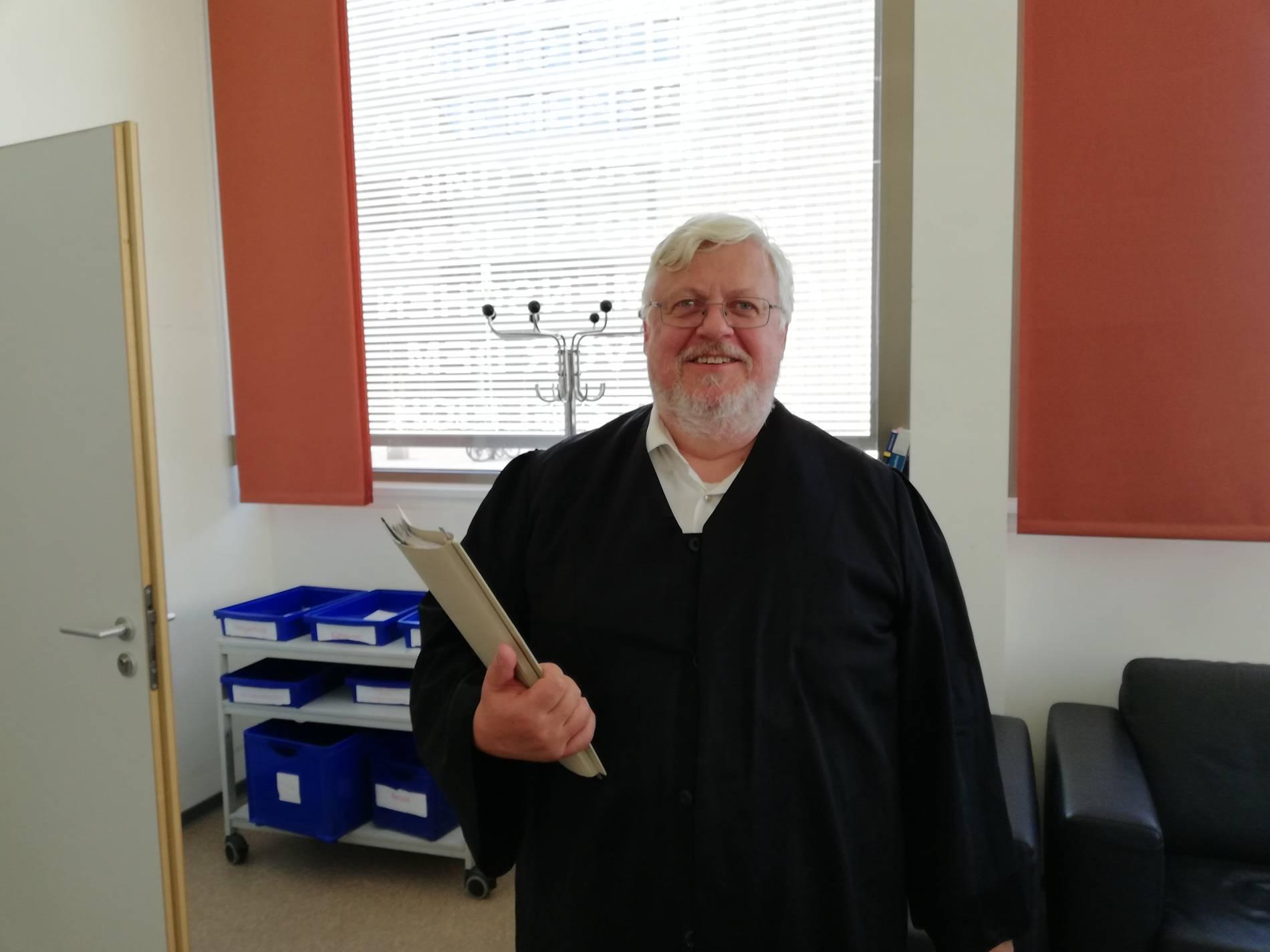 Dusseldorf Richter Schliesst Bei 30 Grad Anwalt Ohne Schlips Vom Prozess Aus