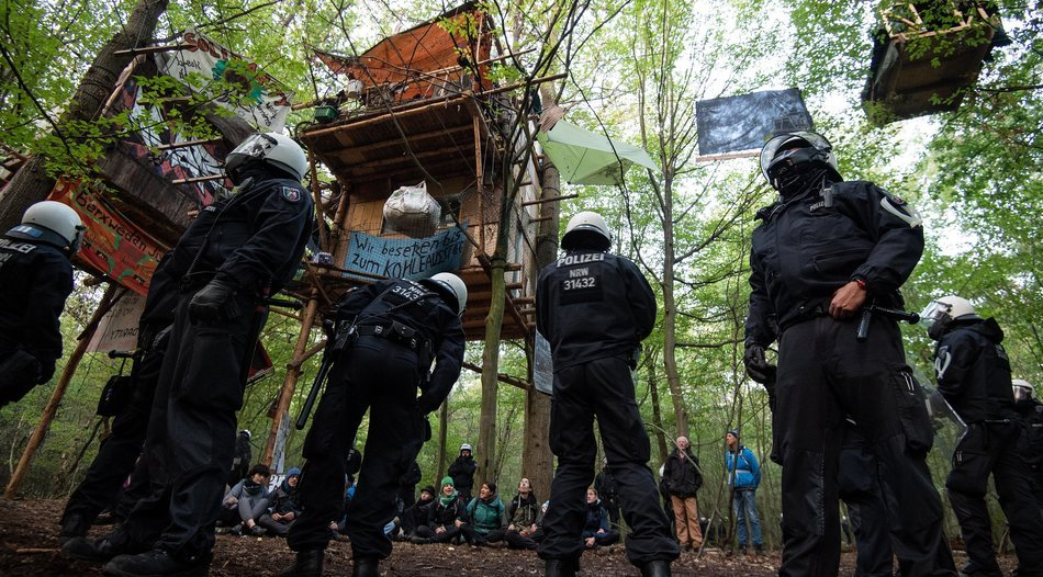 hambacher forst polizei r umt weiter bewohner. Black Bedroom Furniture Sets. Home Design Ideas