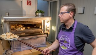 Michael Weber in Aktion am Pizza-Ofen.