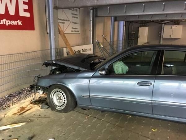 Das Parkhaus Der Konigshof Galerie In Mettmann Musste Nach Einem Schweren Unfall Gesperrt Werden
