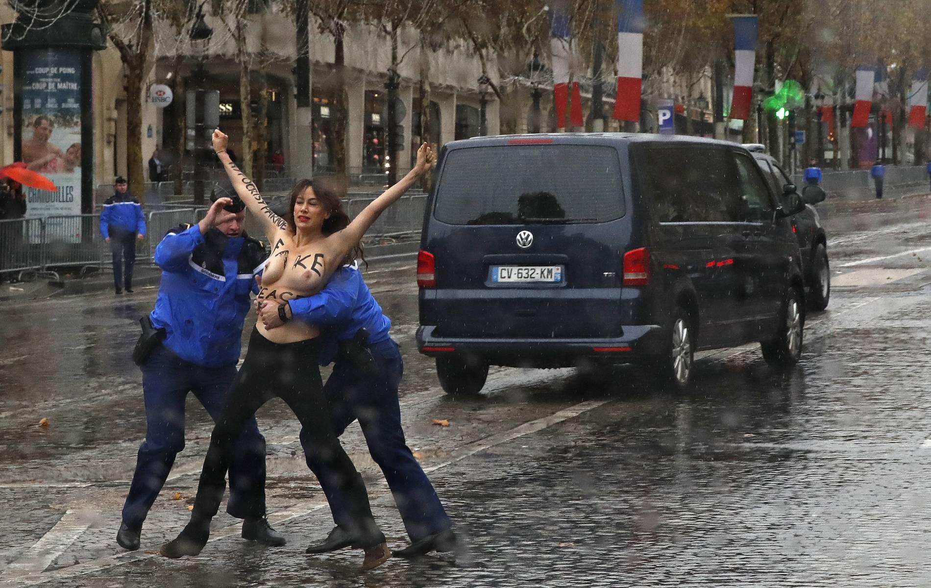 Als Trump vorbeifährt: Demonstrantin mit nackten Brüsten läuft auf Champs-Élysees