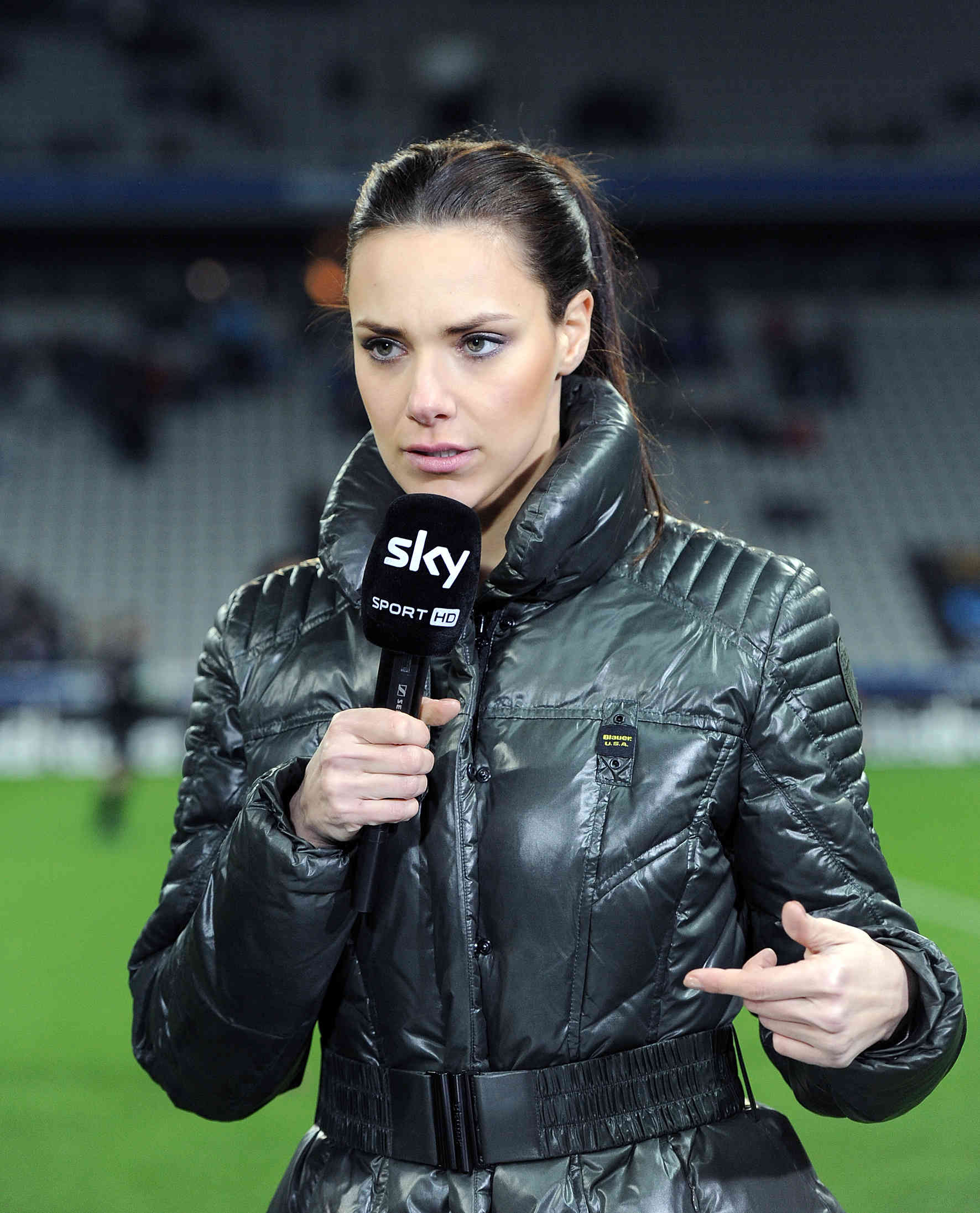 Sky-Moderatorin Esther Sedlaczek feiert Schwangerschaft und Verlobung