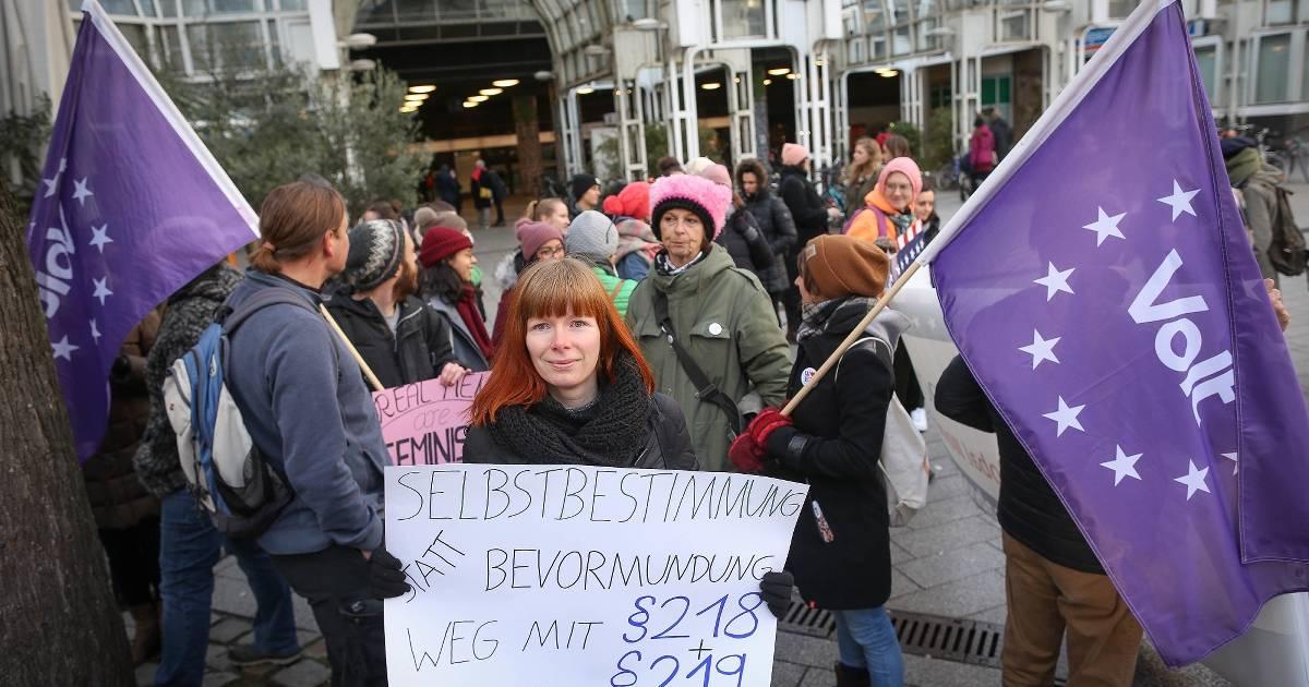 Frauen demonstrieren beim Womens March in Düsseldorf