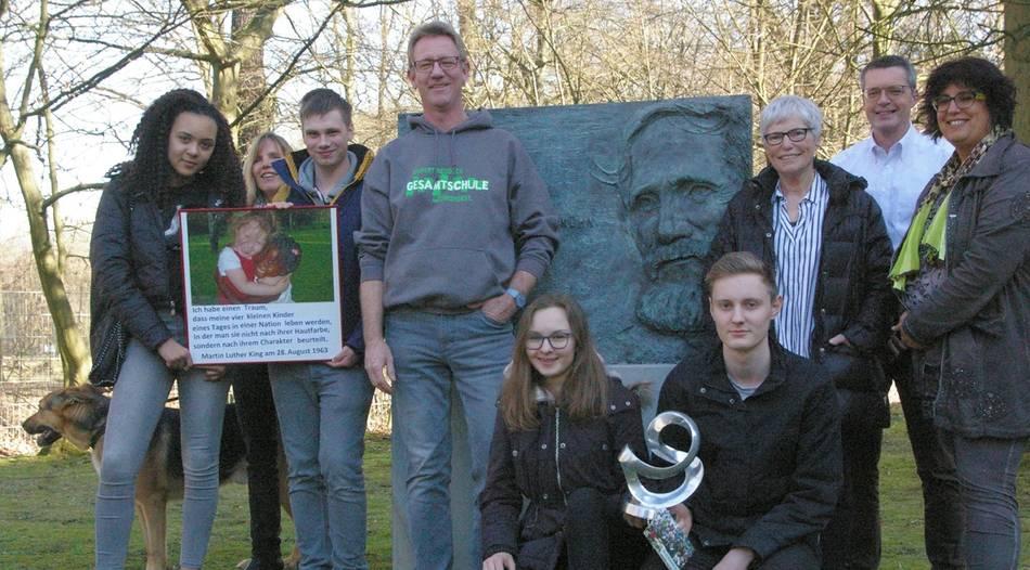 Die Preisträger des ersten Rupert-Neudeck-Awards der Rupert-Neudeck-Gesamtschule waren zu Besuch bei Christel Neudeck in Troisdorf.