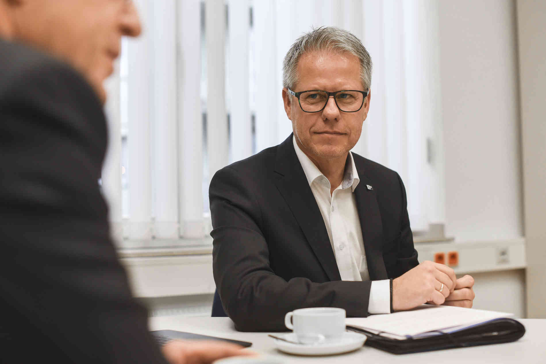 krefeld: podiumsdiskussion des vereins impuls im audi zentrum