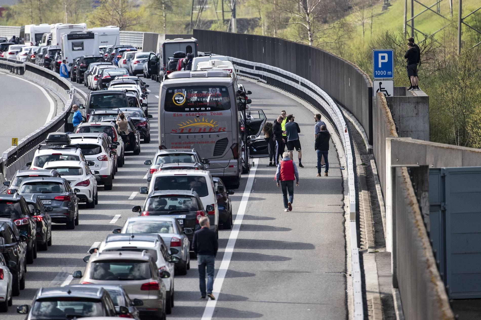Verkehr: Staus auf Autobahnen vor Osterfest   Panorama