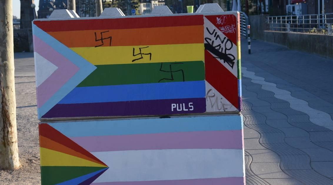 Am Rheinufer: Anti-Terror-Poller in Düsseldorfer Altstadt mit Hakenkreuzen beschmiert