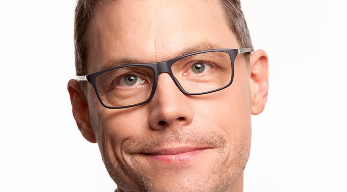 Kabarettist Christoph Sieber jongliert mit Bällen und Worten