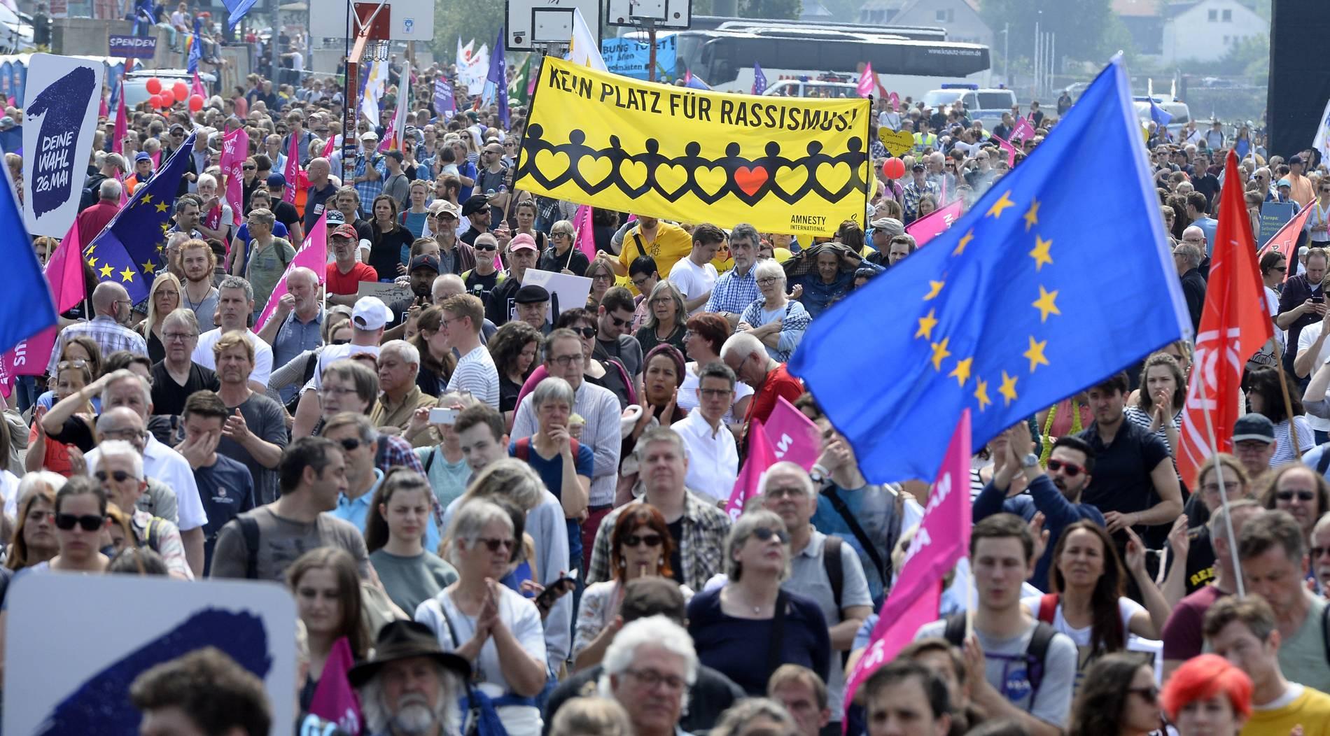 Mehrere tausend Menschen demonstrieren in Köln für Europa