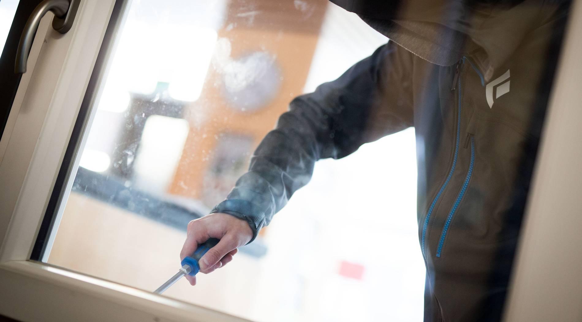 Einbrecher hebeln Haustür an der Büdericher Straße auf