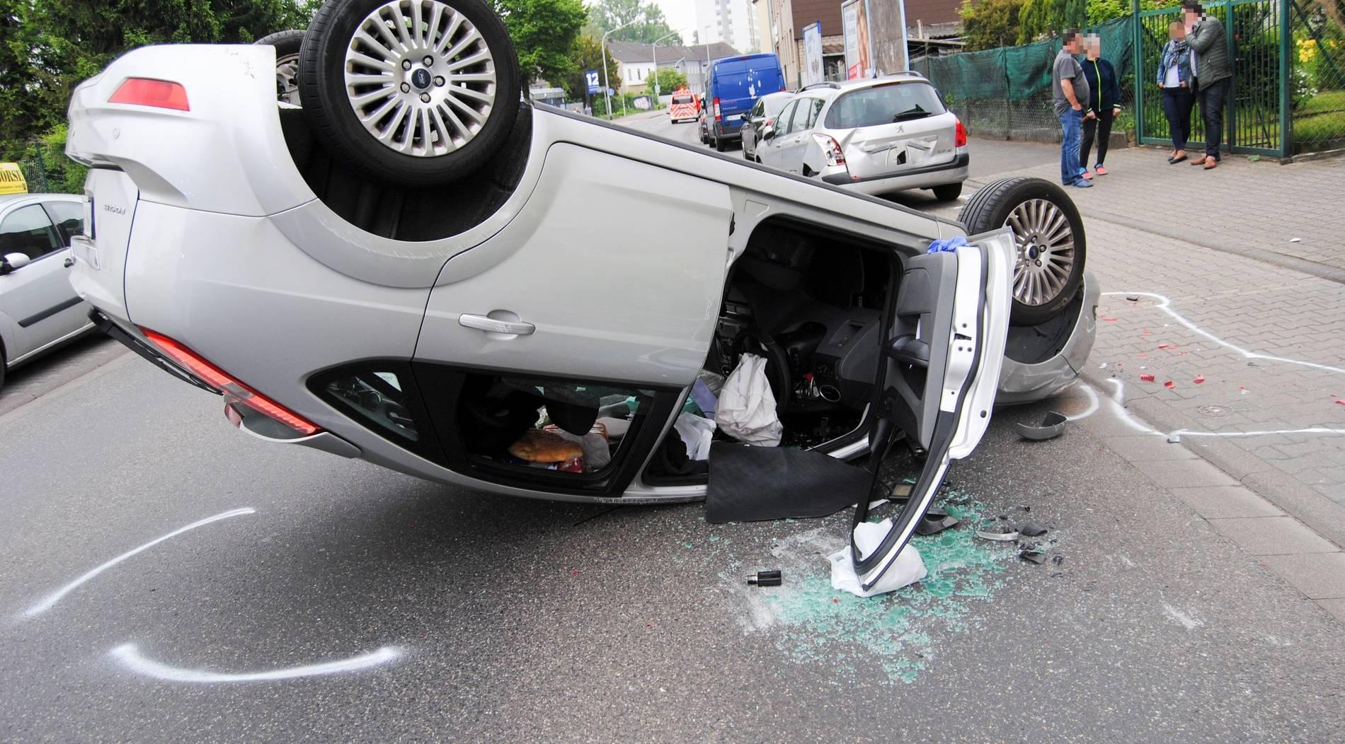 Auto überschlägt sich auf Duvenstraße
