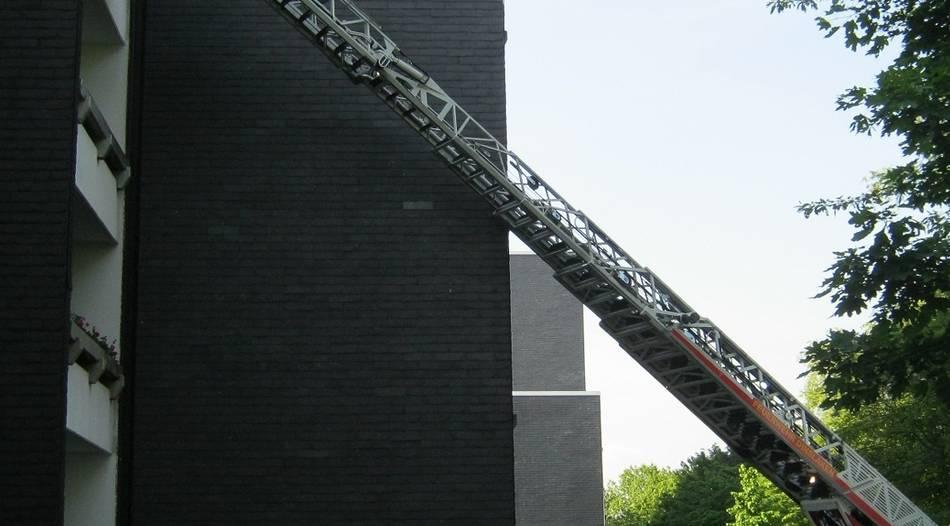 Feuerwehr löscht Zimmerbrand in Hiesfeld