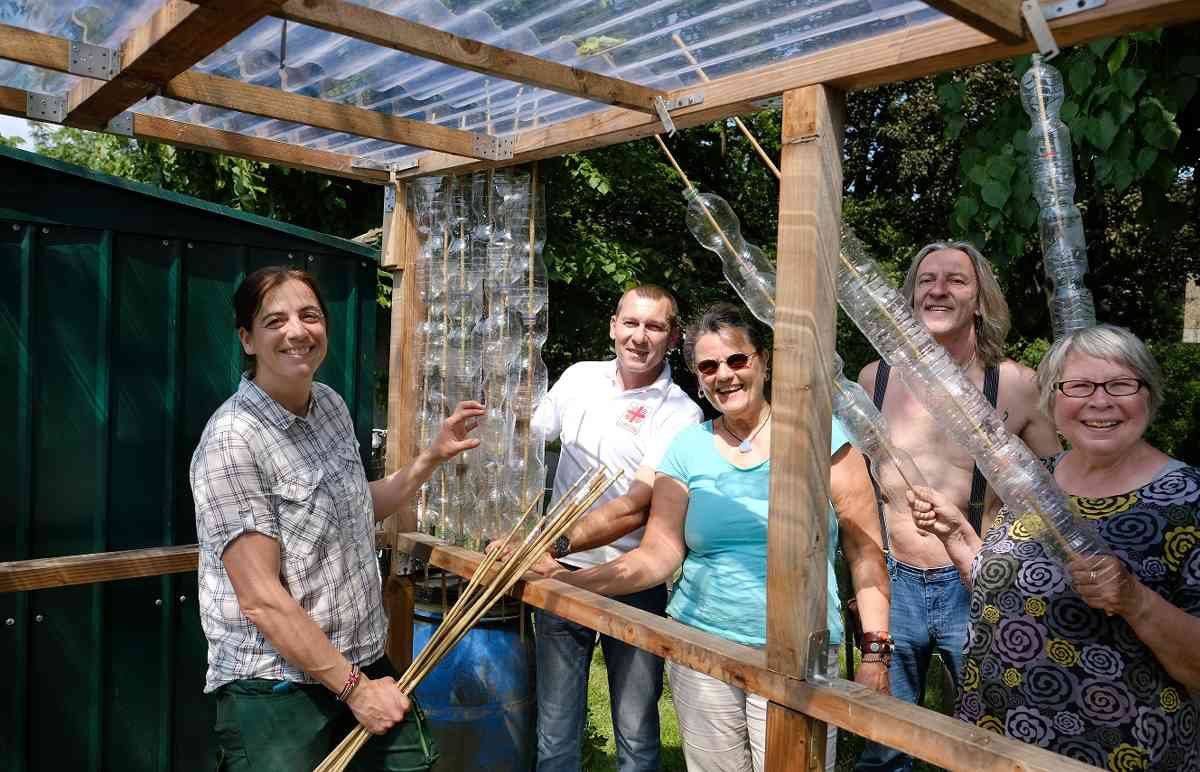 Ratingen West: Gärtner bauen Gewächshaus aus Plastikflaschen