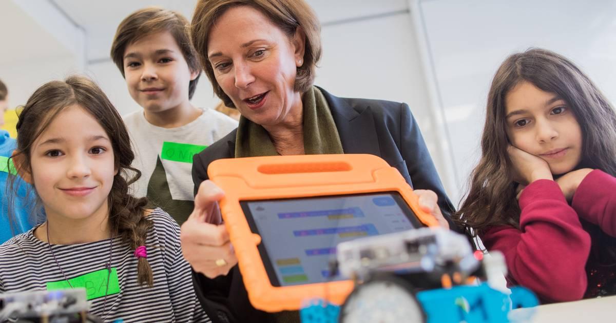 NRW-Schulministerin Yvonne Gebauer verteidigt Auftragsvergabe ohne Ausschreibung