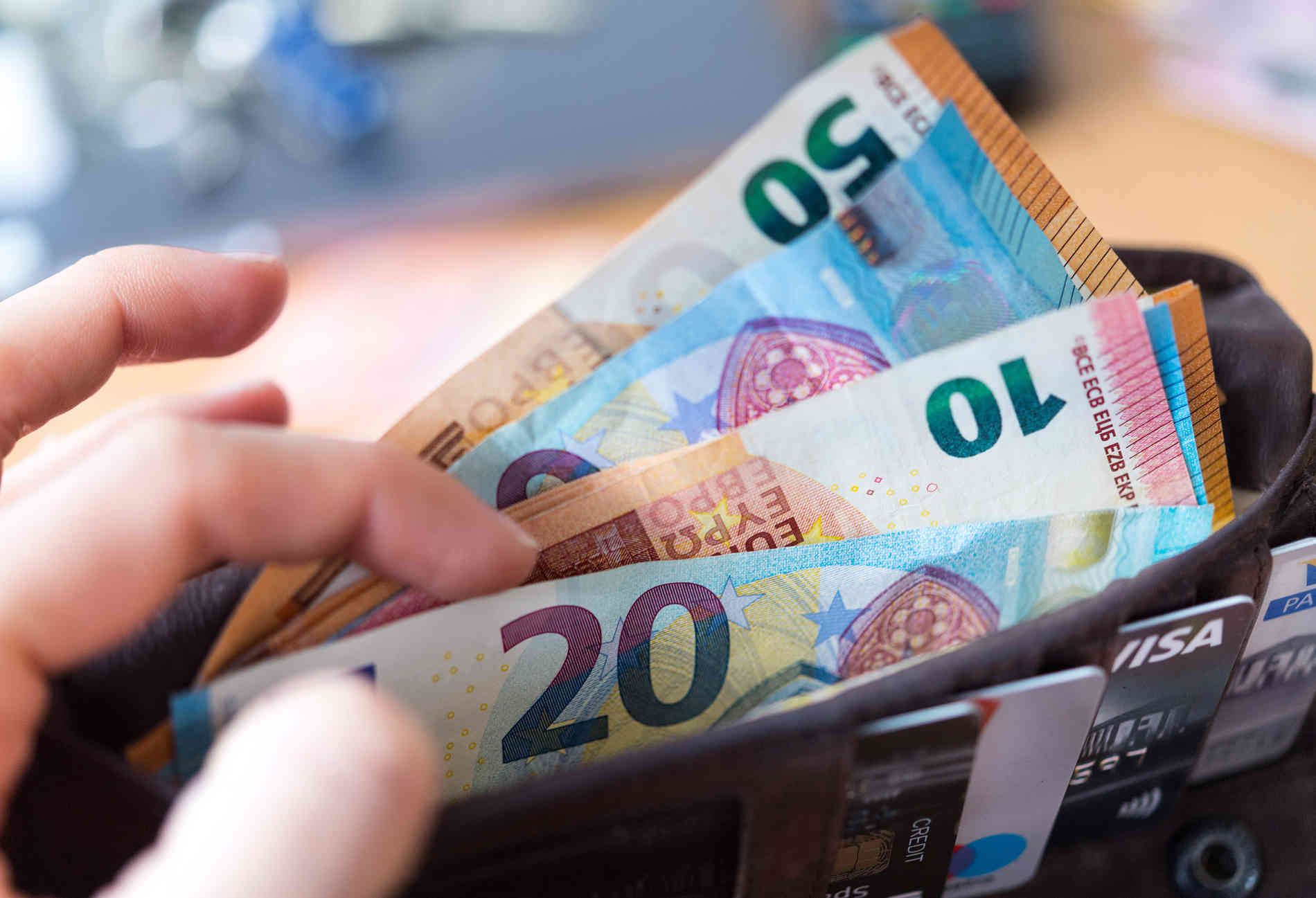 83-Jähriger vergaß 10.000 Euro auf Autobahntoilette