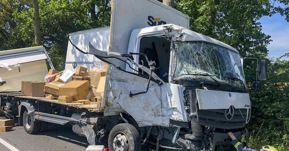 Unfall in Xanten: Lastwagen prallt gegen Baum