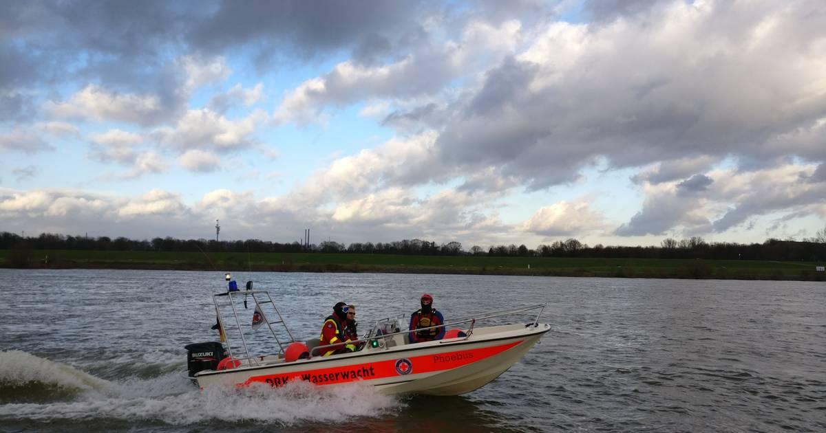 Duisburg: Rettungskräfte holen hilflose Person aus dem Rhein