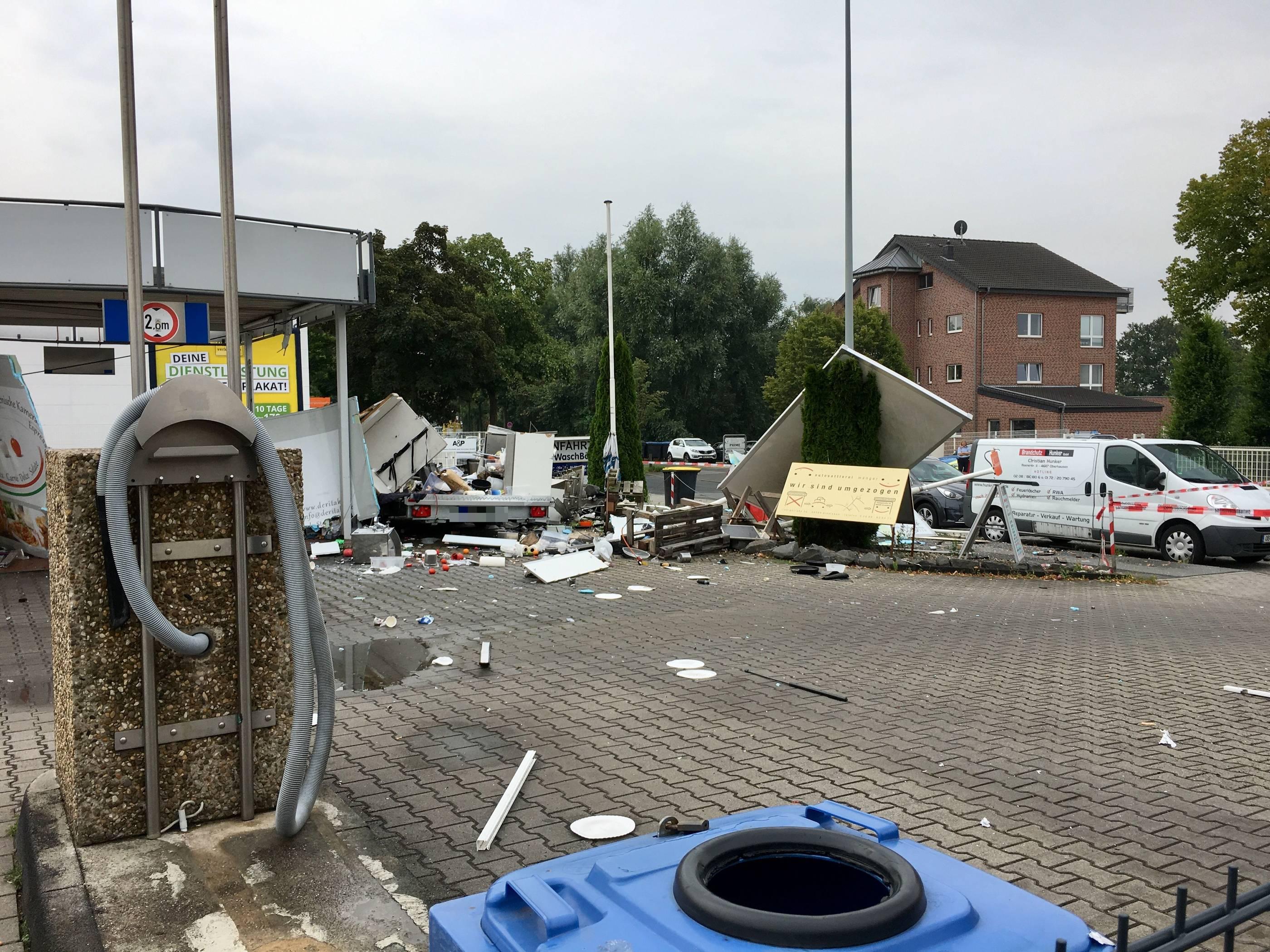 Dinslaken Foodtruck Explodiert Trummerteile Beschadigen Autos