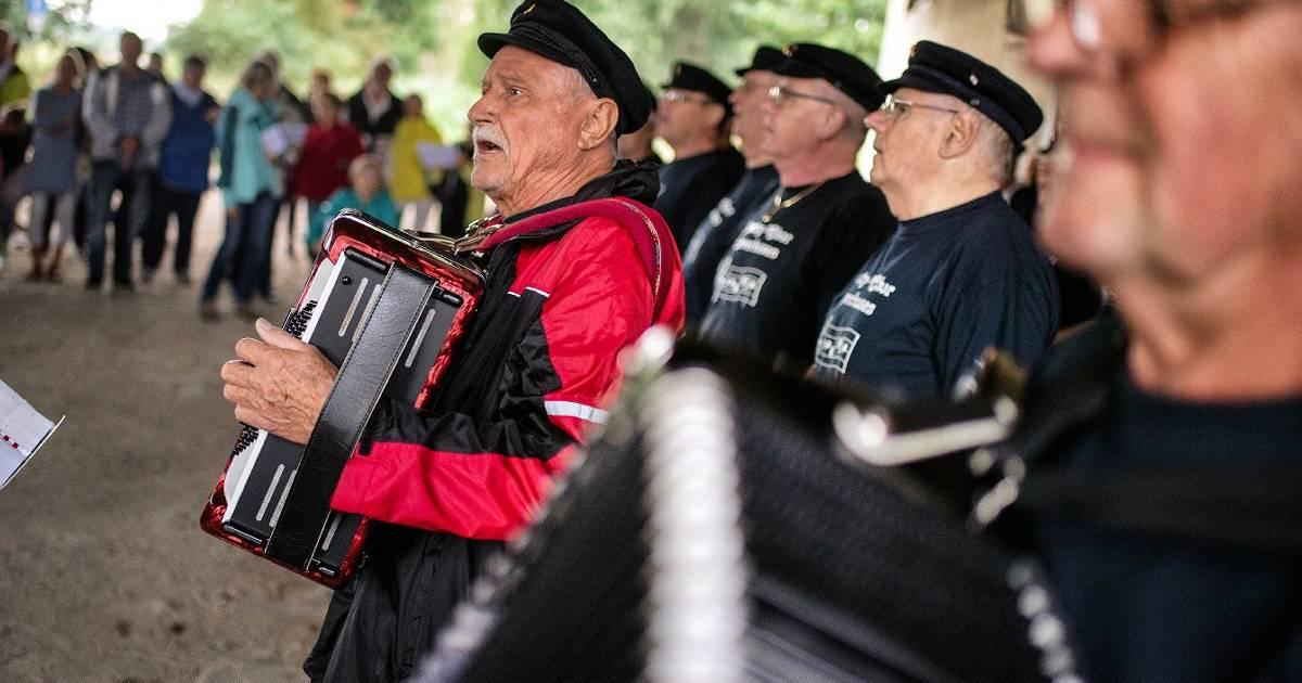 250 Teilnehmer beim Deichsingen in Rheindorf