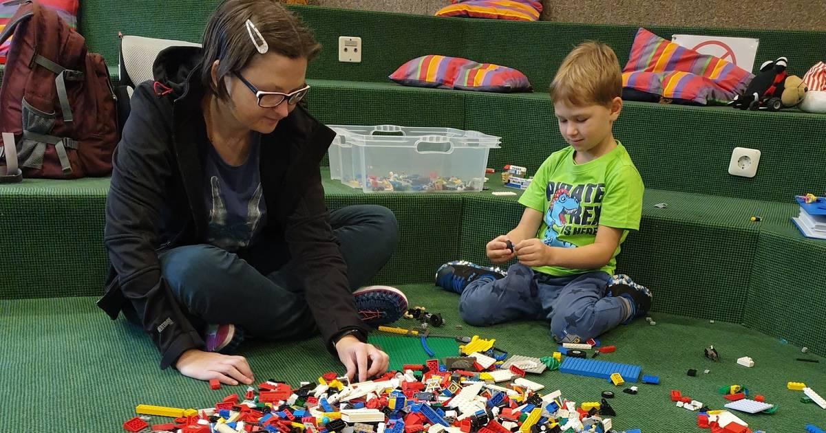 Radevormwald: Luca hat viel Spaß beim großen Lego-Tag in der Stadtbücherei