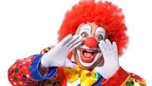 Mann bringt Clown zum Kündigungsgespräch mit