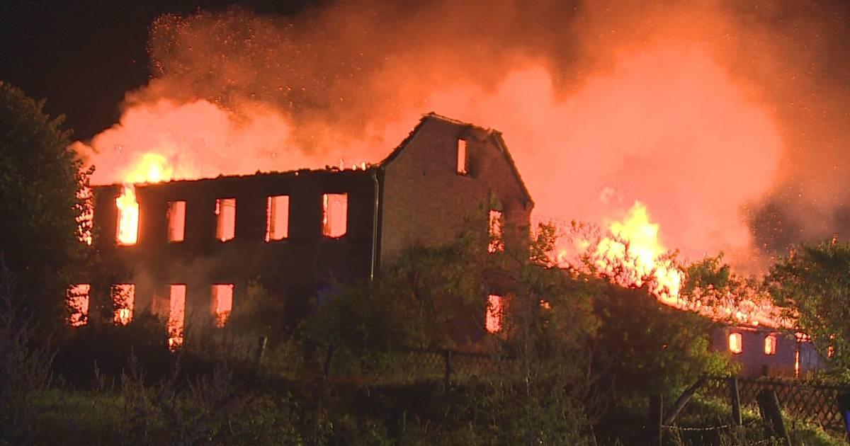 Brand in Issum: Feuer auf Hof - Feuerwehr im Großeinsatz