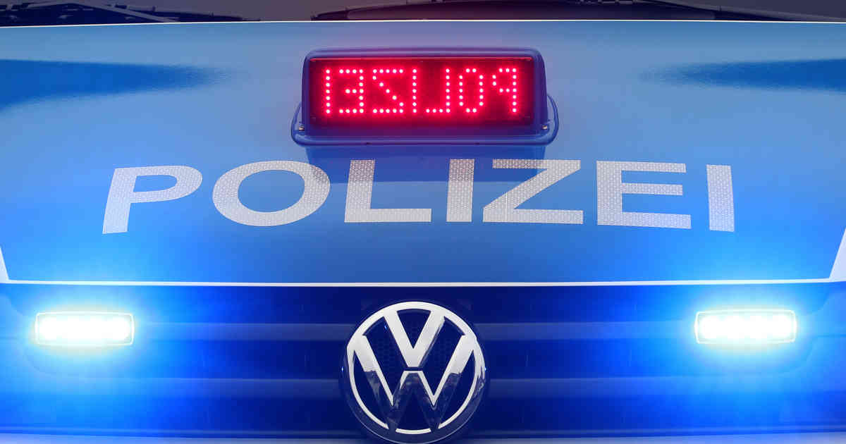 Kaarst: Markierter Mann klaut Fahne von Bayer Leverkusen aus Hofeinfahrt