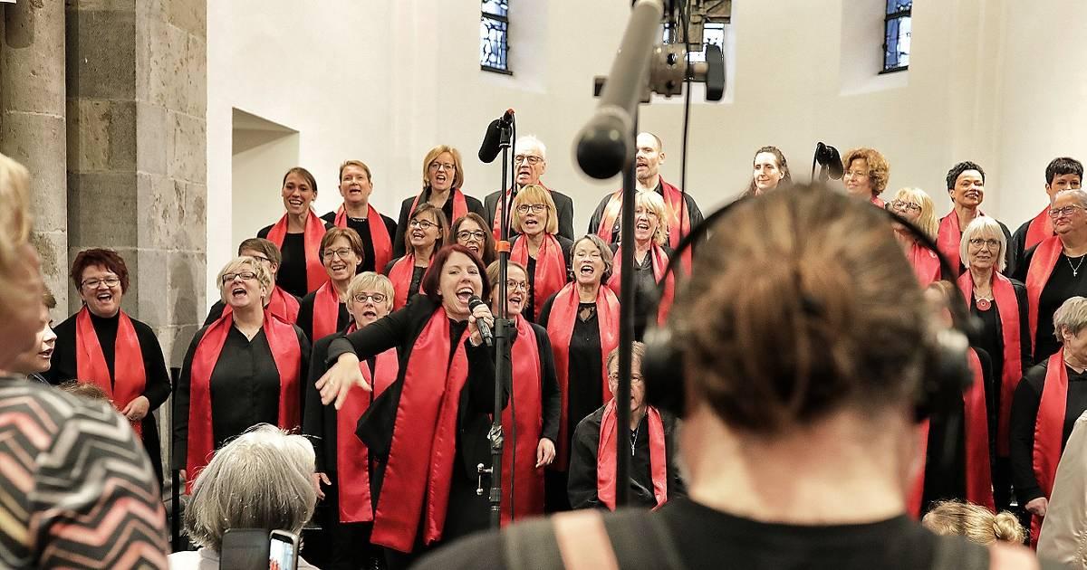 """Hilden: Kirche voll bei Dreh mit """"Joyful Voices"""""""
