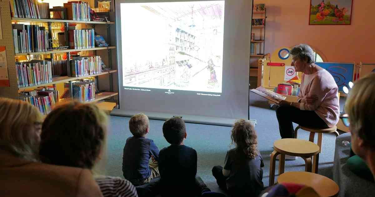 In der Grevenbroicher Stadtbibliothek ist an jedem dritten Donnerstag Bilderbuchkino.
