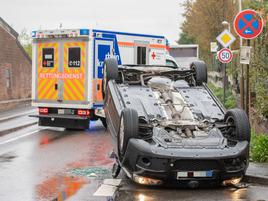 Verkehrsunfall in Grevenbroich: Pkw überschlägt sich bei Auffahrunfall