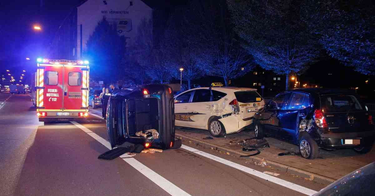 Frau bricht am Steuer zusammen und rammt geparkte Autos: Hoher Schaden in Düsseldorf