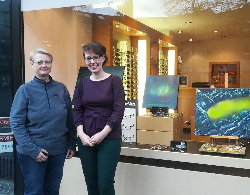 Meerbuscher Künstlerin stellt im Brillengeschäft aus