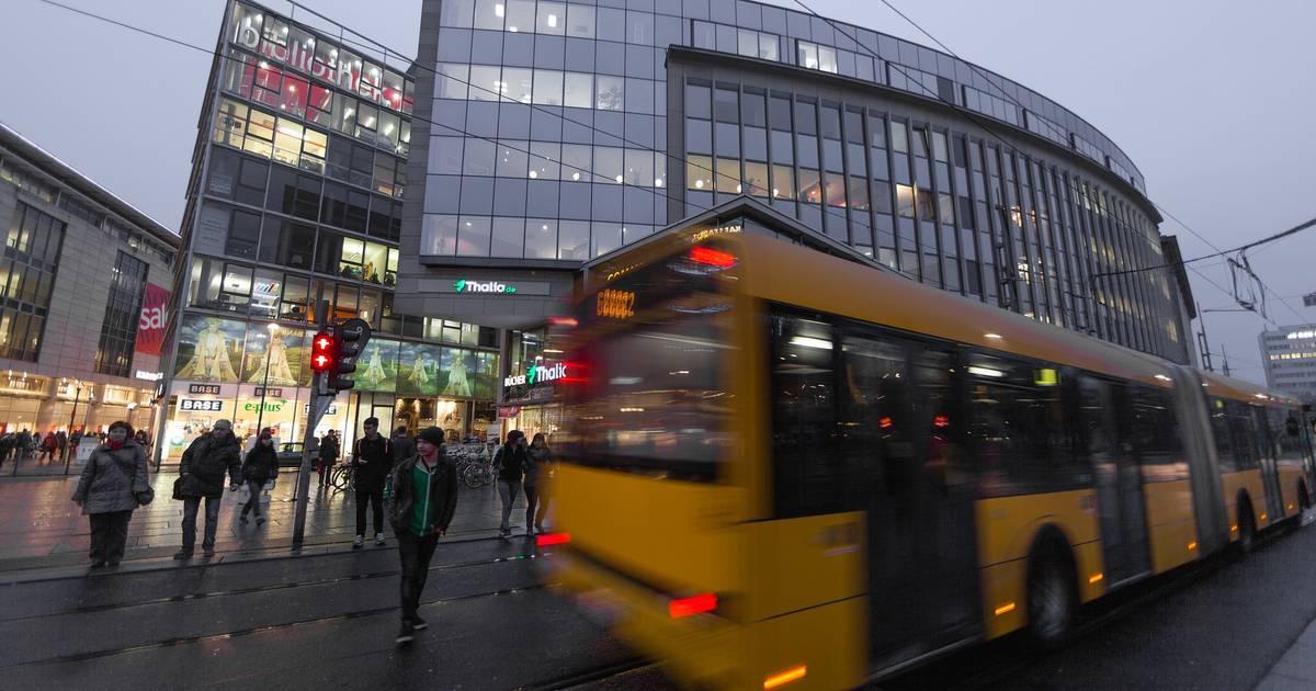 Dresden: Junge greift im Bus zum Notfallhammer und schlägt auf Fahrgast ein