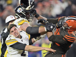 NFL-Skandal: Browns-Profi schlägt Steelers-Quarterback mit Helm