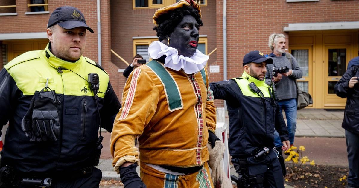 Sinterklaas zieht unter massivem Polizeischutz in die Niederlande ein