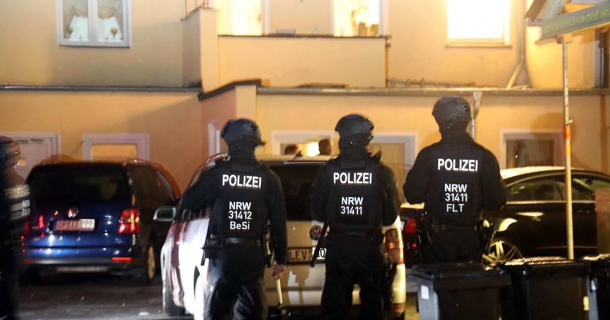 """Bei der Durchsuchung in Leverkusen-Wiesdorf nahm die Polizei Beweismittel"""" mit"""